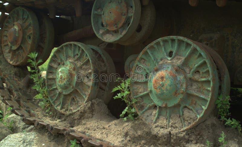 Chenilles du vieux réservoir soviétique IS-2, réservoir de Stalin Fond endommagé de réservoir Force et espoir de la vie Militare  photographie stock
