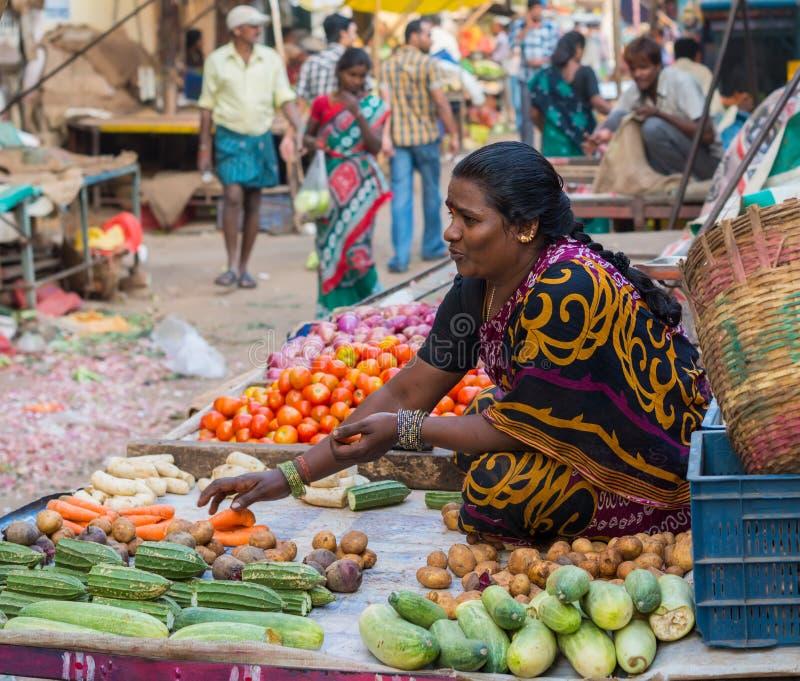 CHENNAI, INDIA - FEBRUARI 10: Niet geïdentificeerd de vrouw verkoopt groenten op 10 Februari, 2013 in Chennai, India Verse produc stock afbeeldingen