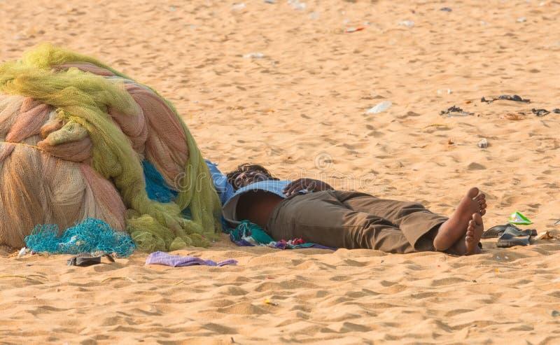 CHENNAI INDIA, LUTY, - 10: Niezidentyfikowany mężczyzna śpi na piasku blisko Marina plaży na Luty 10, 2013 w Chennai obraz royalty free