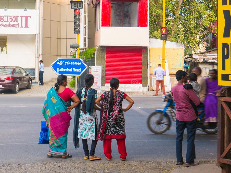 Chennai India, Styczeń, - 2018: Ludzie czeka krzyżować drogę na ruchliwie drodze obrazy stock