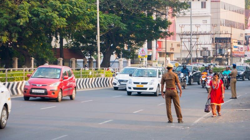 CHENNAI INDIA, STYCZEŃ, - 2018: Policja drogowa kontroluje pojazdy na drodze Pasażery i dojeżdżający w śródmieściu Ch zdjęcie stock