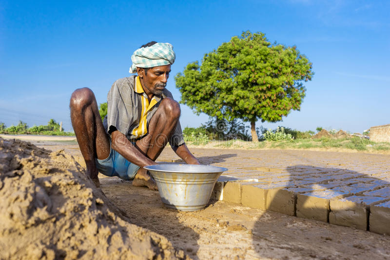 Chennai, Inida- 4 de agosto de 2017; Ancião que trabalha na fábrica do tijolo, fotografia de stock royalty free