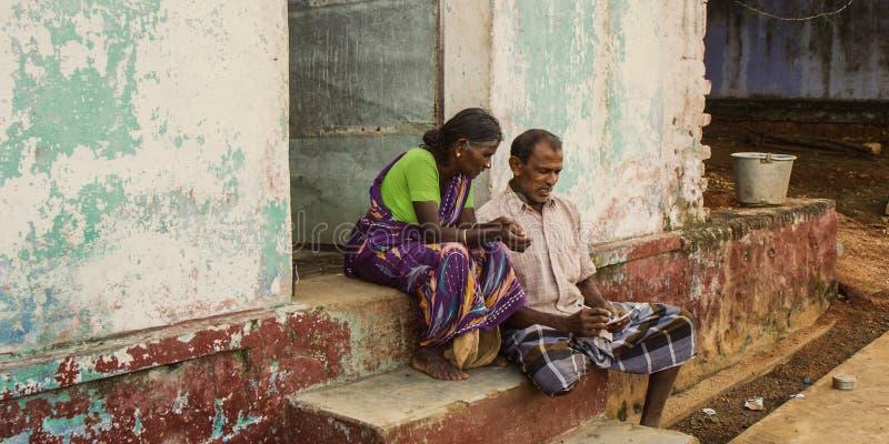 CHENNAI, la INDIA - 28 de septiembre de 2018: pares de la gente mayor que localiza en el paso exterior de la casa imágenes de archivo libres de regalías