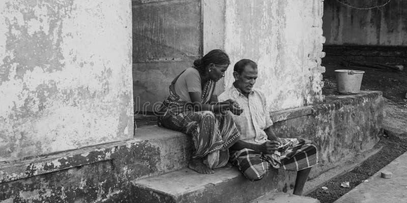 CHENNAI, la INDIA - 28 de septiembre de 2018: Pares tirados blancos y negros de la gente mayor que localiza en el paso exterior d fotos de archivo
