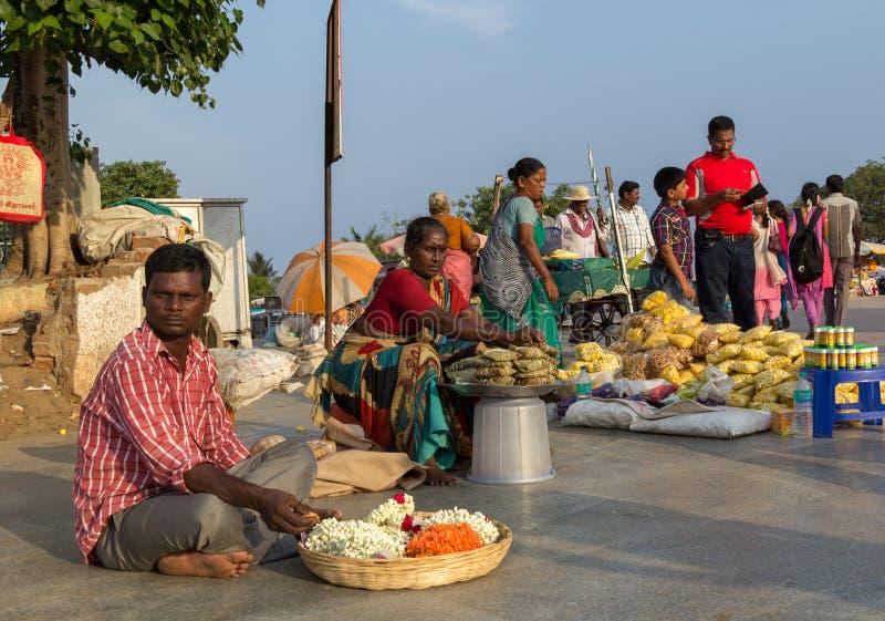 CHENNAI, TAMIL NADU, ÍNDIA - ABRIL 28: Os vendedores ambulantes da rua vendem os bens diferentes em ABRIL 28, 2014 em Chennai, Ta foto de stock