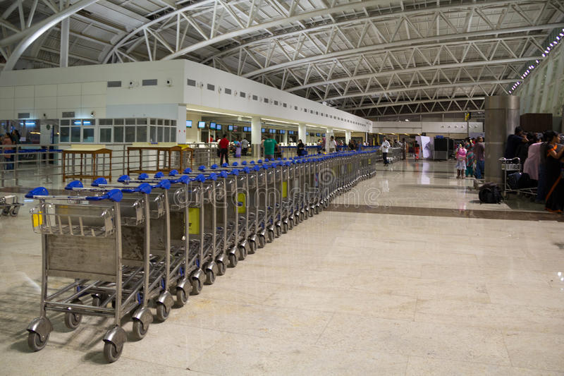 CHENNAI, TAMIL NADU, INDIEN - APR 28: Warenkorbstand am Flughafen im April 28, 2014 in Chennai, Tamil Nadu, Indien lizenzfreies stockbild