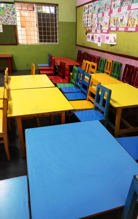 Chennai, TamilNadu/India-02082019: Kleurrijke basisschoolbank en bureau in kleuterschool royalty-vrije stock afbeeldingen