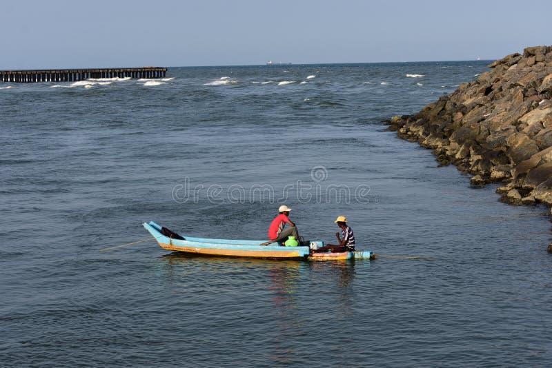 Chennai, Tamilnadu, India: Kwiecień 7, 2019: Rybaka żeglowania łódź rybacka w Ennore plaży zdjęcia royalty free