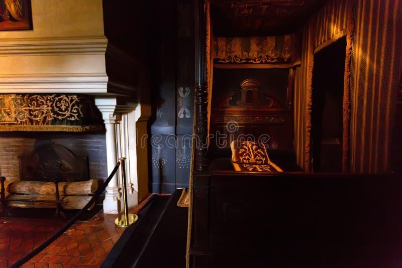 CHENONCEAU FRANKRIKE - CIRCA JUNI 2014: Sovrum för Louise de Lorraine ` s i chateauen Chenonceau arkivfoto