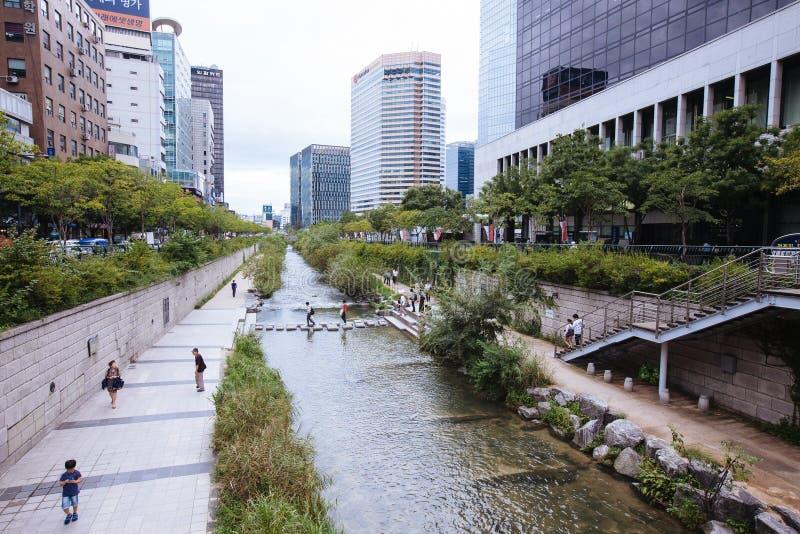 Cheonggyecheon en Seul céntrica imagenes de archivo