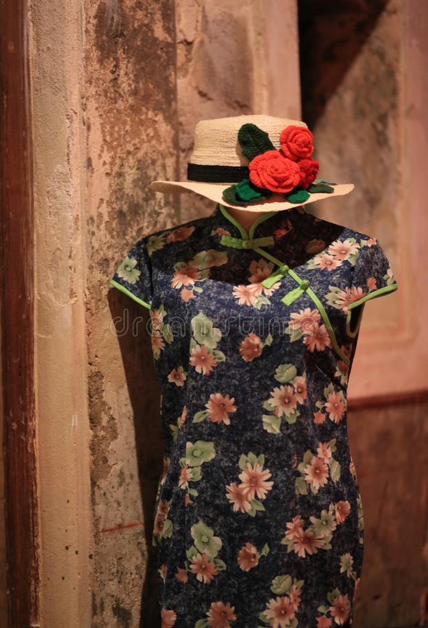 Cheongsam Chińskiego stylu suknia z wyplata kapelusze dekorujących czerwonych kwiaty fotografia stock