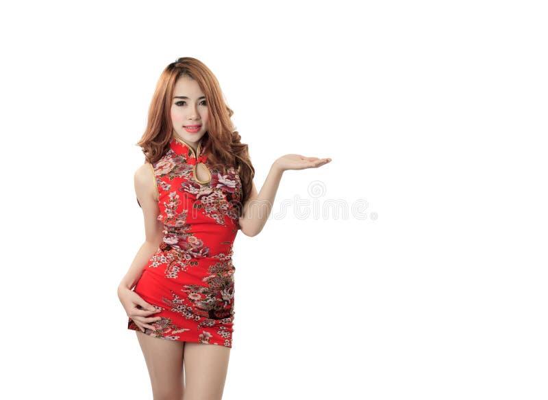 Cheongsam de port modèle asiatique avec l'espace de copie pour le produit ou le tex photographie stock