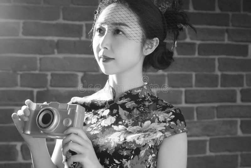Cheongsam e donne asiatiche & x28; Photograph& monocromatico x29; immagine stock libera da diritti