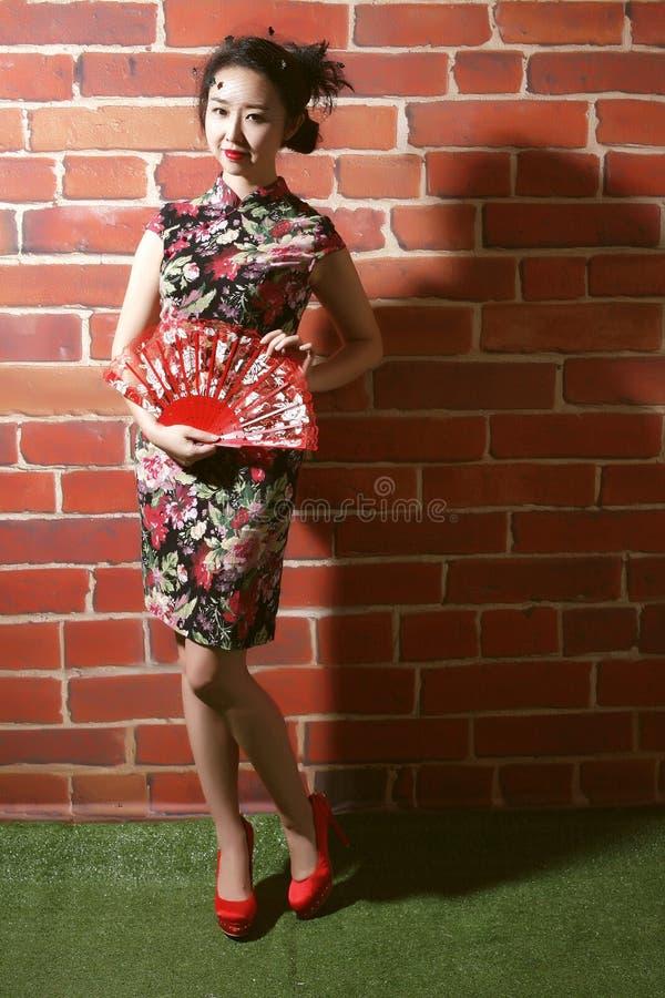 Cheongsam e mulheres asiáticas fotografia de stock royalty free
