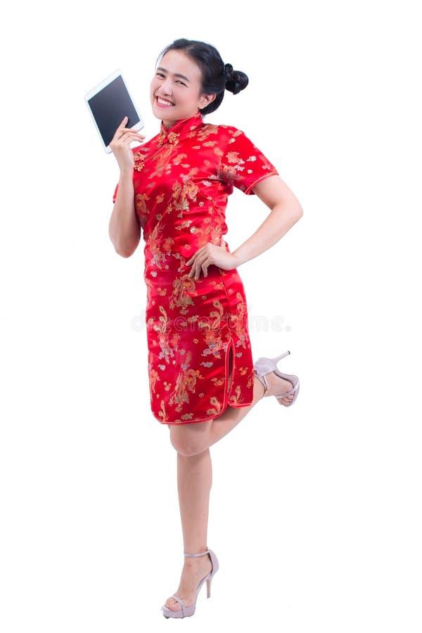 Cheongsam eller qipao för härlig ung asiatisk klänning för kvinnakläder kinesisk traditionell Hand som rymmer den Digital för tom arkivbilder
