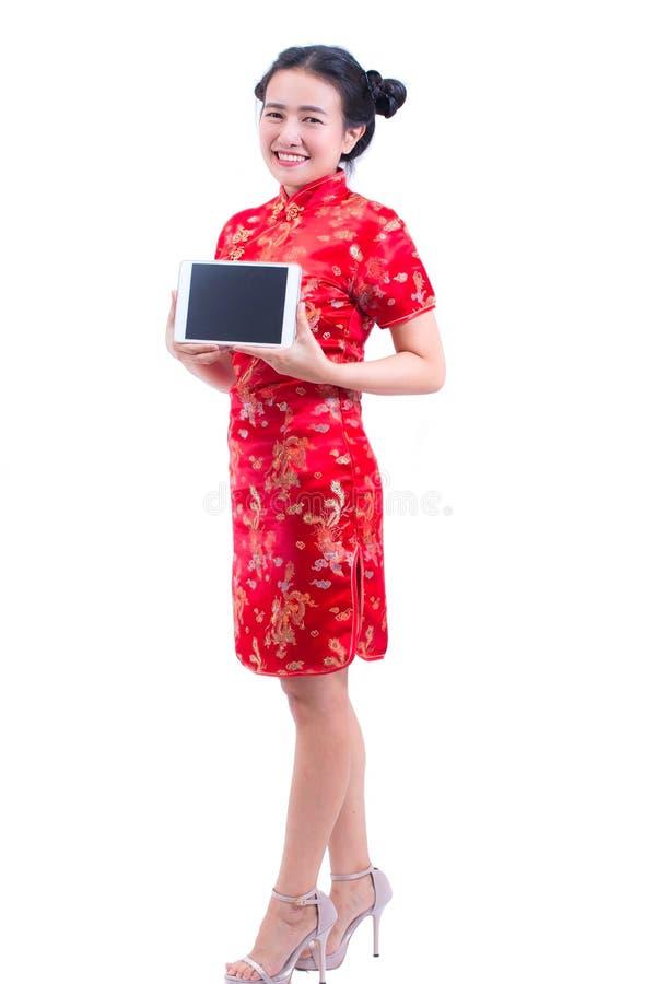 Cheongsam eller qipao för härlig ung asiatisk klänning för kvinnakläder kinesisk traditionell Hand som rymmer den Digital för tom royaltyfria foton