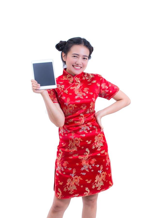Cheongsam eller qipao för härlig ung asiatisk klänning för kvinnakläder kinesisk traditionell Hand som rymmer den Digital för tom arkivbild
