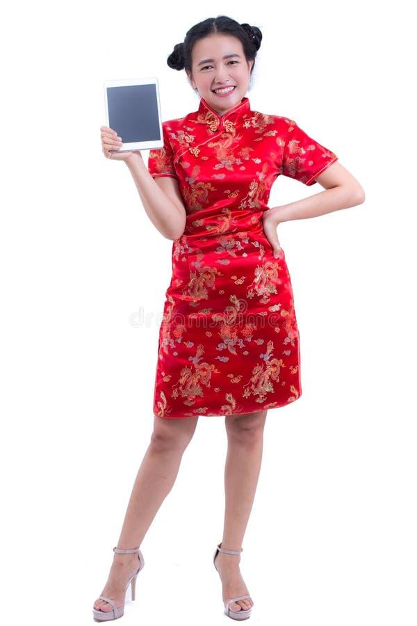 Cheongsam eller qipao för härlig ung asiatisk klänning för kvinnakläder kinesisk traditionell Hand som rymmer den Digital för tom royaltyfri foto
