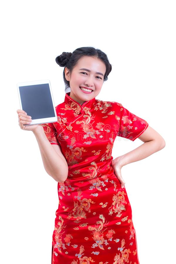 Cheongsam eller qipao för härlig ung asiatisk klänning för kvinnakläder kinesisk traditionell Hand som rymmer den Digital för tom fotografering för bildbyråer