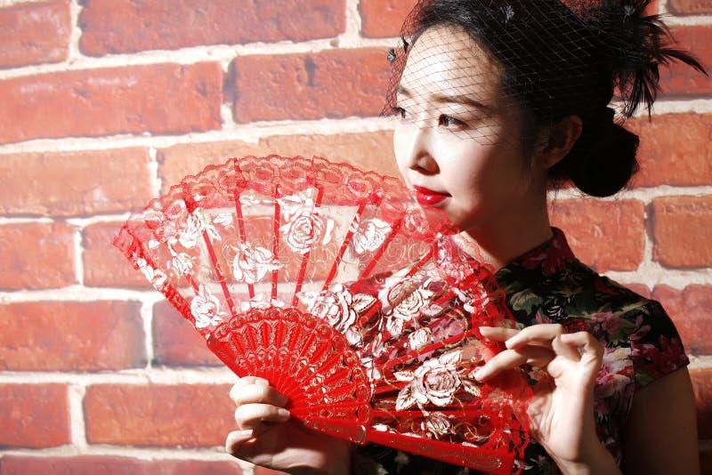 Cheongsam och asiatiska kvinnor royaltyfria foton