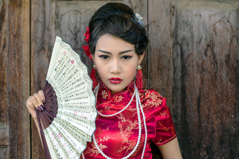 Cheongsam tradizionale del vestito rosso cinese dalla donna fotografia stock libera da diritti
