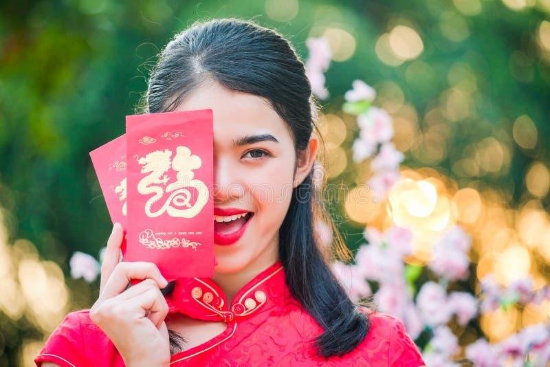 Cheongsam tradizionale del vestito rosso cinese dalla donna del ritratto in lombate immagini stock libere da diritti