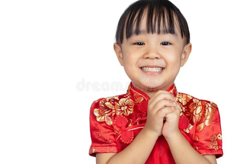 Cheongsam vestindo da menina chinesa asiática com gestur do cumprimento fotos de stock
