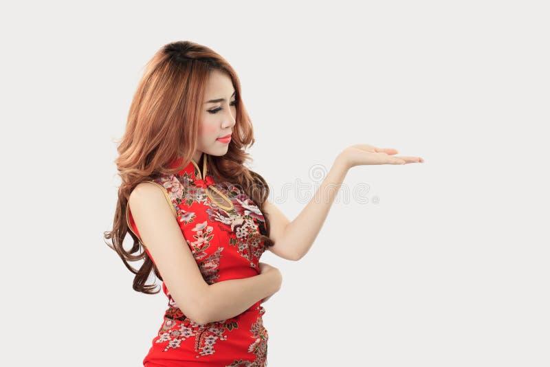Cheongsam vestindo modelo asiático com espaço da cópia para o produto ou o tex imagens de stock
