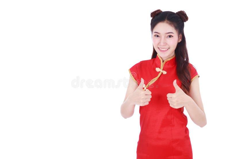 Cheongsam y pulgar rojos del desgaste de mujer para arriba en el concepto de lomos felices foto de archivo libre de regalías