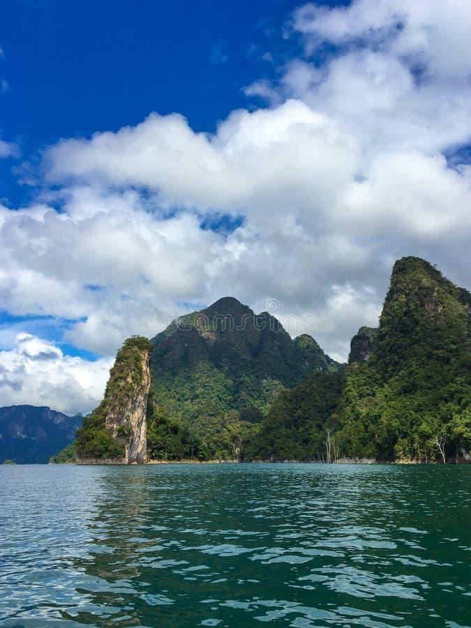 Cheowlan meer bij het nationale park van Khao Sok royalty-vrije stock foto