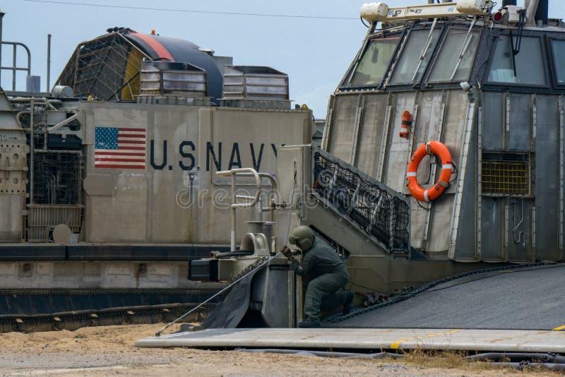 Cheque pessoal marinho do veículo dos E.U. o cabo da rampa do coxim de ar da barca de descarregamento ou do LCAC imagem de stock
