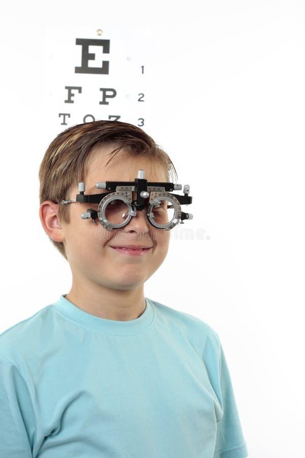 Chequeo de la visión del niño fotos de archivo