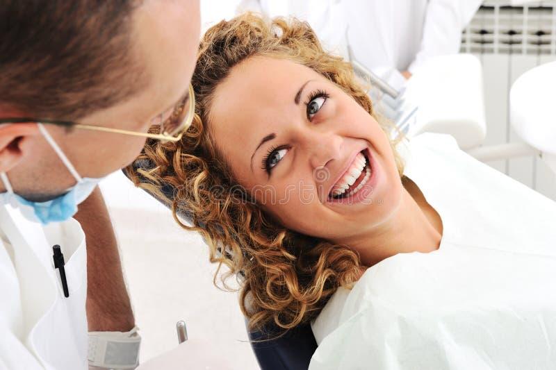 Chequeo de los dientes del dentista fotos de archivo