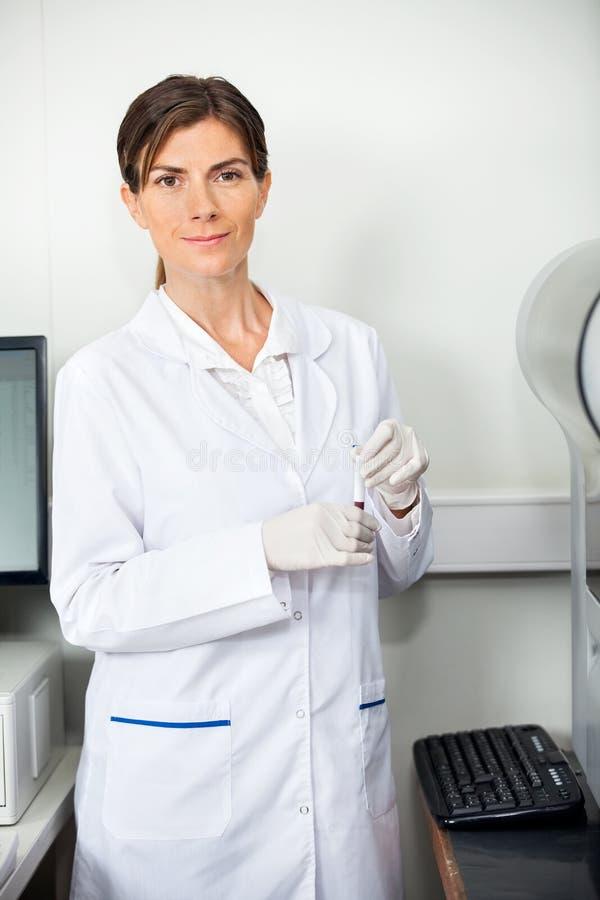 Chercheur With Blood Sample pour la coagulation photographie stock