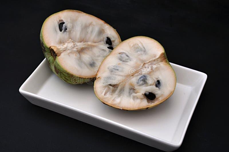 Cherimoya φρούτα στο δίσκο στοκ εικόνα