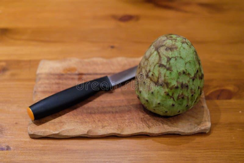 Cherimoya, een interessant fruit met heel wat zaden stock fotografie