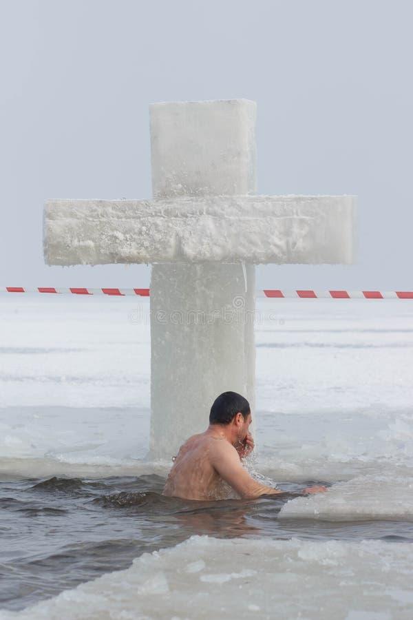 CHERKASSY UKRAINA, Styczeń, - 19, 2017: Tradycyjny lodowy dopłynięcie w Ortodoksalnego kościół objawienia pańskiego Świętym dniu fotografia royalty free