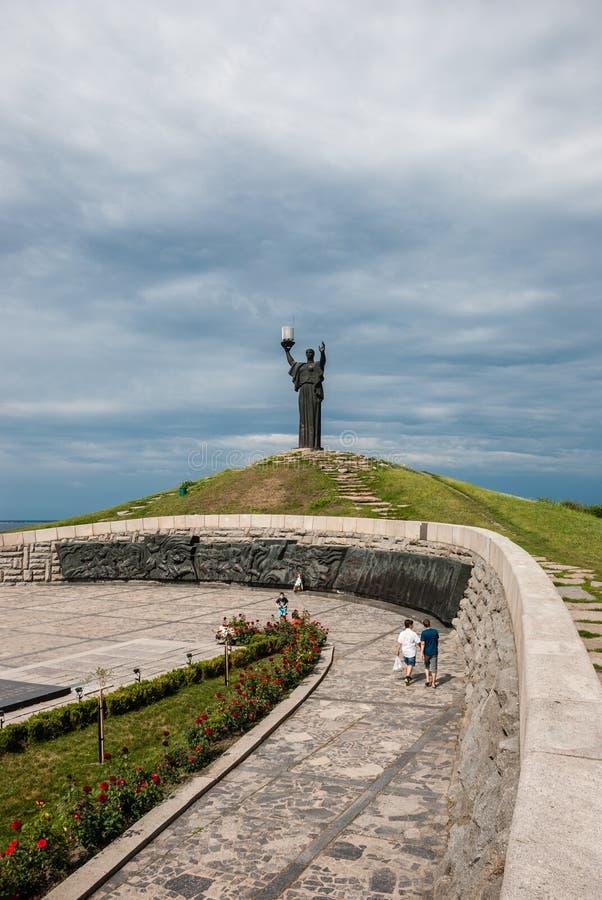 Cherkasy, Ucrânia - 1º de junho de 2013: Monumento do ` s da guerra no monte da glória imagens de stock