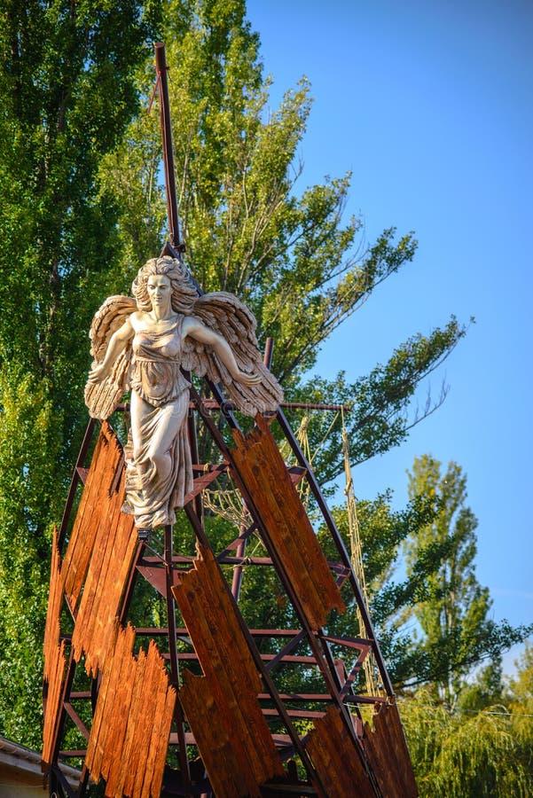 Cherkasy, Ucrânia - 27 de setembro de 2014 Navio golpeado com a escultura dianteira editorial fotografia de stock