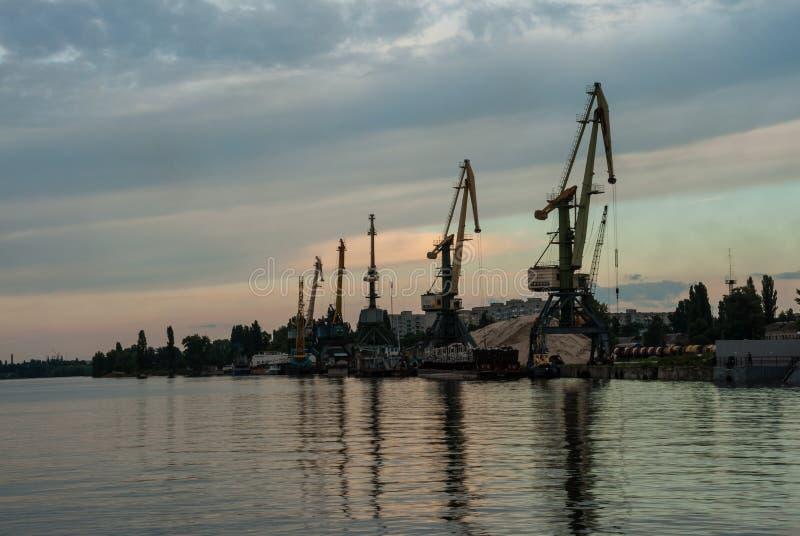 Cherkasy, Ucrania - 1 de junio de 2013: Riverport Grúas portuarias imagen de archivo libre de regalías