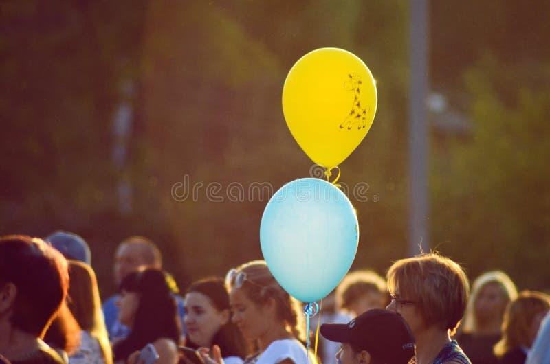 Cherkasy Ukraina, august 24, 2018 - festmåltiden av Holien i parkerar, två ballonger på bakgrunden av folk fotografering för bildbyråer