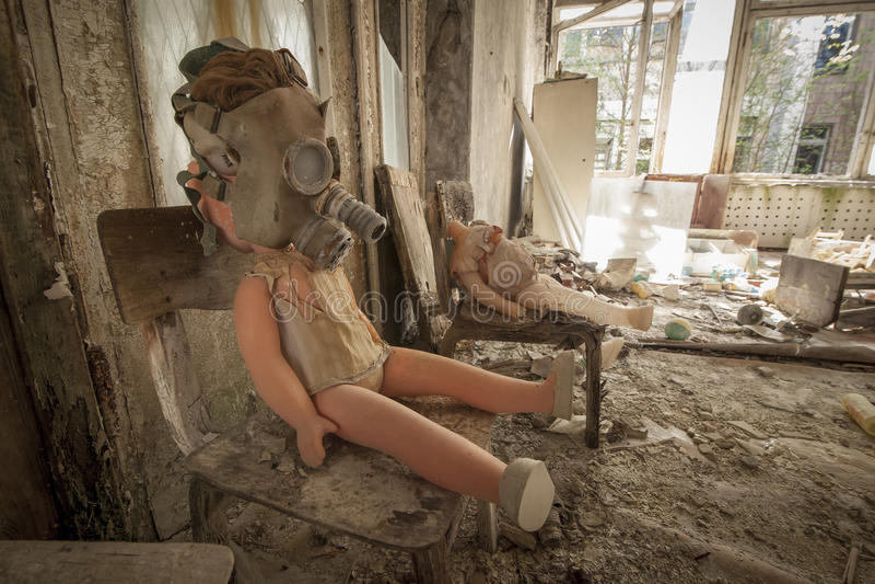 Chernóbil - muñeca de la careta antigás en silla fotos de archivo