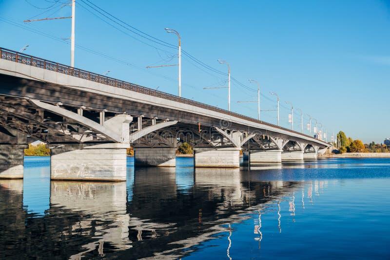 Chernavsky-Brücke über Voronezh-Fluss am sonnigen Herbst lizenzfreies stockbild