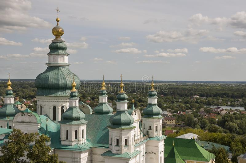 Chernigov, Ucrânia 15 de agosto de 2017 Igreja branca ortodoxo cristã com abóbadas e cruzes verdes do ouro Vista da elevação Céu  imagens de stock royalty free