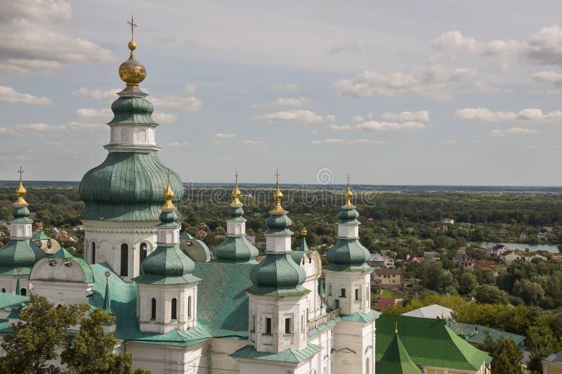 Chernigov, Ucrania 15 de agosto de 2017 Iglesia blanca ortodoxa cristiana con las bóvedas y las cruces verdes del oro Visión desd imágenes de archivo libres de regalías