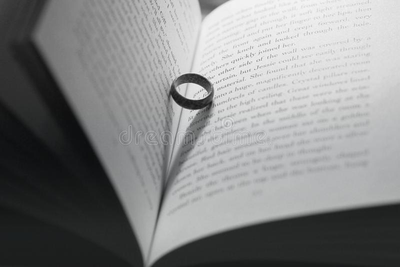 Chernihiv, Украина - 9-ое мая 2019: Кольцо в книге Деревянное кольцо r стоковые фотографии rf