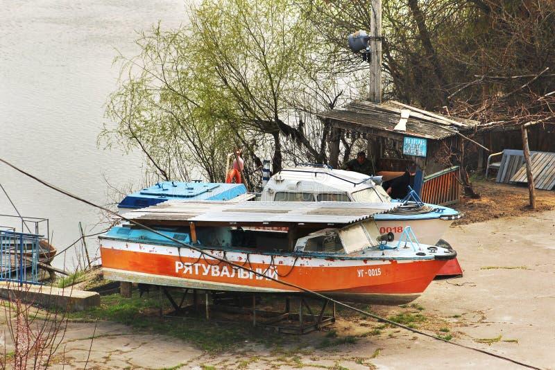 Chernihiv, Ucrânia - 10 de abril de 2019: Bote de salvamento no porto foto de stock royalty free