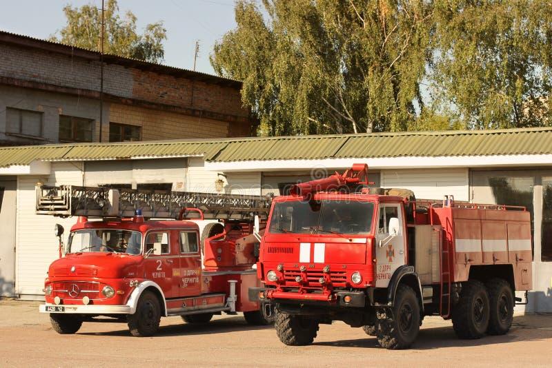 Chernihiv, Ucrânia: 31 de julho de 2019: Carro de bombeiros velho Mercedes vermelho grande Dois carros de bombeiros KAMAZ vermelh imagem de stock