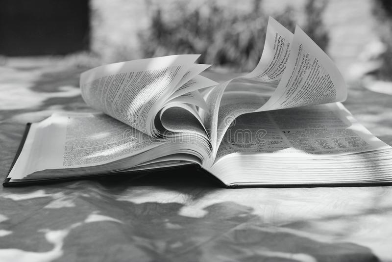 Chernihiv, Ucrânia - 27 de maio de 2019: Uma Bíblia aberta na tabela O livro da vida imagens de stock