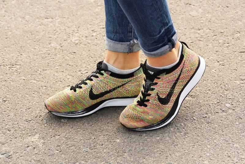 Chernihiv, Ucrania - 19 de abril de 2019: Zapatillas de deporte de Nike del primer Zapatos del `s de las mujeres fotografía de archivo libre de regalías
